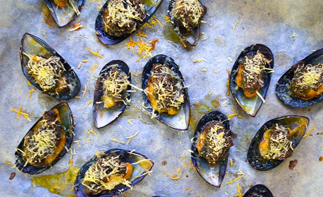 pesto-gratin-mussels-on-tray